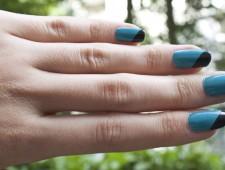 Blaue Nägel mit schrägen schwarzen Spitzen